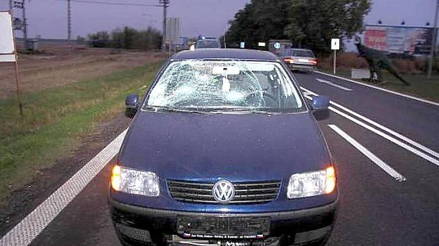 Opilý chodec se motal uprostřed silnice u Chvalovic. Srazilo ho auto.