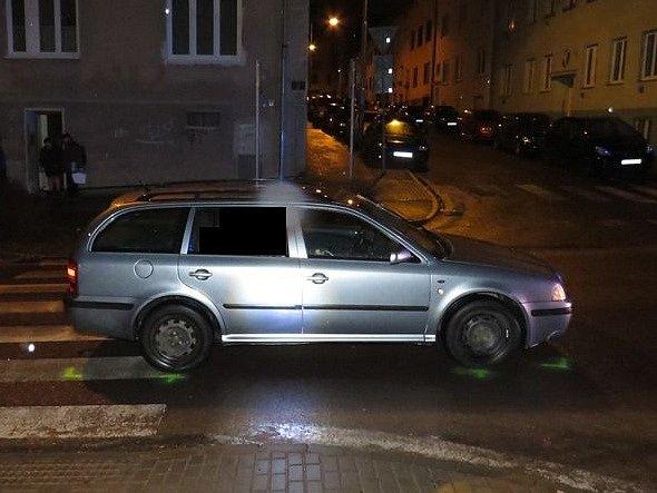 Dvě těžká a jedno lehké zranění si vyžádaly dvě srážky aut s chodci ve Znojmě. Staly se v neděli večer během pouhých dvou hodin. Dvě zraněné ženy jsou hospitalizované ve znojemské nemocnici, nejvážněji zraněného muže transportoval vrtulník do Brna.