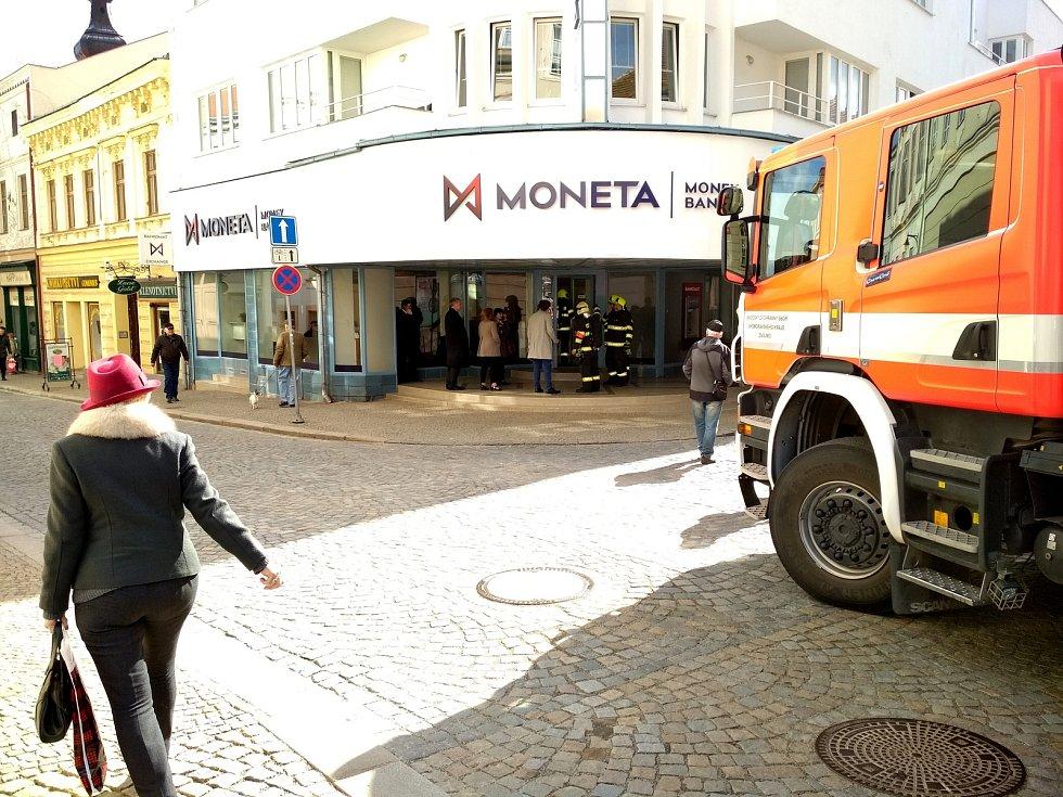 Záchranáři vyjížděli v úterý dopoledne do znojemské pobočky Moneta Money Bank v Kovářské ulici. Několik lidí se tam nadýchalo neznámé látky.