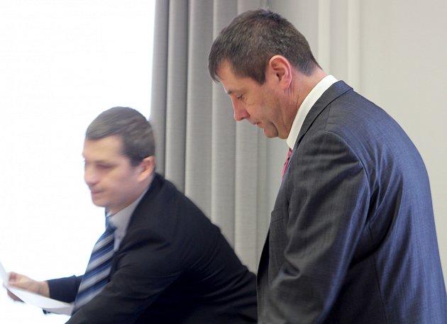 Jan Blažíček (vpravo) u Okresního soudu ve Znojmě.