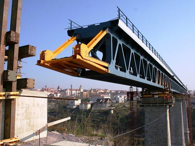Nový železniční most doputoval na druhý břeh řeky Dyje ve Znojmě