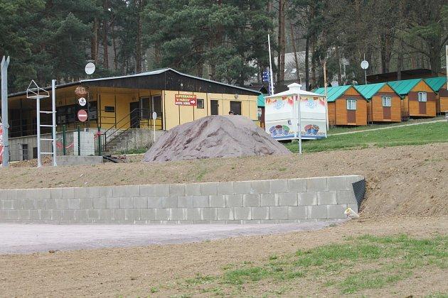 Kemp na vranovské pláži přivítá letos turisty snovinkami. Mimo jiné se opravují itamní volejbalová hřiště.
