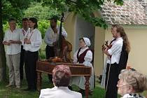 Tradiční dostaveníčko na oblíbené vyhlídce Heilger Stein mezi Hnanicemi a dolnorakouským Unterretzbachem si v v sobotu dopoledne dali organizátoři Hudebního festivalu Znojmo a retzkého literárního a divadelního festivalu.