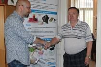 Vítěz jarní části E.ON Tipligy Theo Konrád (vpravo) si užívá gratulaci k vítězství od šéfredaktora Znojemského deníku Rovnost Vojtěcha Smoly.