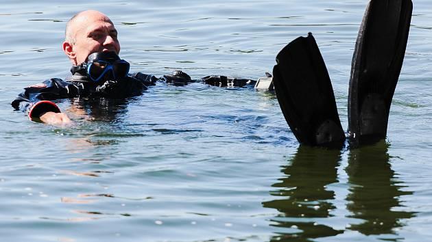 Potápeči vylovili 250 láhví sektu. Ze dna vranovské přehrady