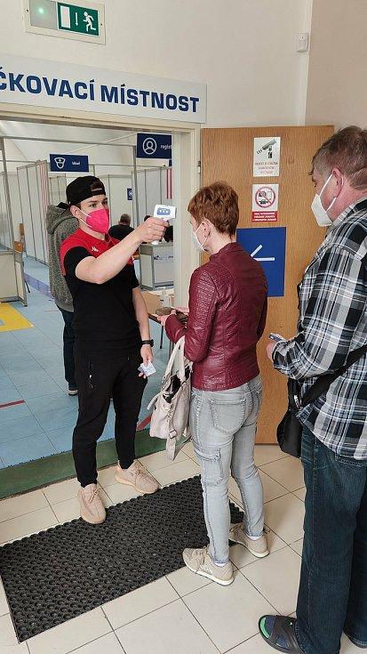 Znojemští Orli pomáhají v očkovacím centru. Foto: HC Aqotec Orli Znojmo