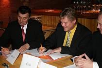 Podpis koaliční smlouvy.