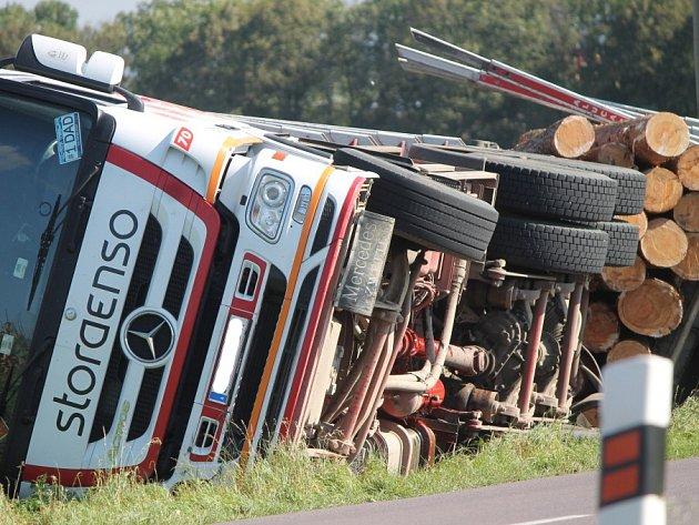 Rakouský kamion se dřevem havaroval u Znojma po odbočení z dyjské křižovatky směrem na Suchohrdly.