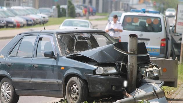 Nehoda u kruhové křižovatky nedaleko Baumaxu.