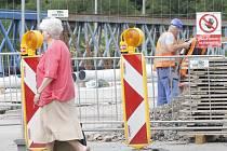 V plném proudu jsou opravy dvojice mostů přes železnici na konci Rooseveltovy ulice ve Znojmě.