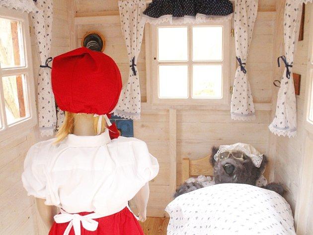 Nalákat především děti s rodiči do Gránického údolí ve Znojmě má čerstvá novinka. Je jí malá stavba chatky, ve které je pohádková Červená Karkulka. I s vlkem.