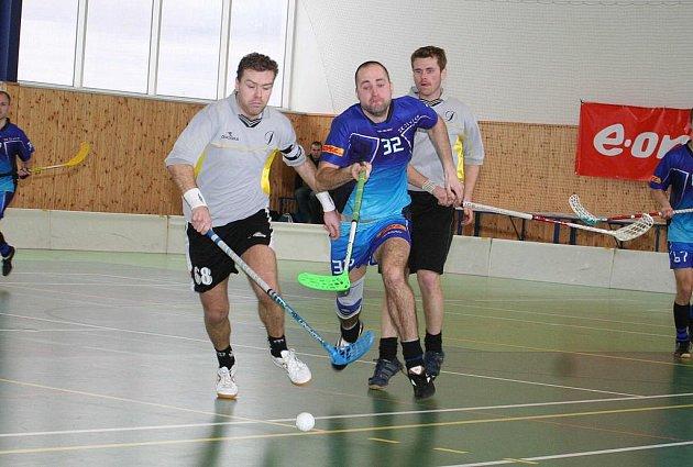 Bučovičtí Ladislav Dufek (vlevo) a Tomáš Dragan (vzadu) slavili společně se spoluhráči v sobotu výhru nad Vsetínem. Kromě radosti zažili i zklamání, když o pár hodin později dostali naloženo od Otrokovic.