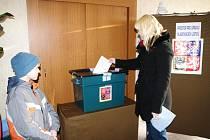 Nové zastupitelstvo mají po čtyřech měsících v Horních Kounicích. Lidé tam v sobotu hlasovali v doplňujících komunálních volbách. Od volební urny mířili mnozí do kulturního domu na košt pálenek pořádaný místními fotbalisty.