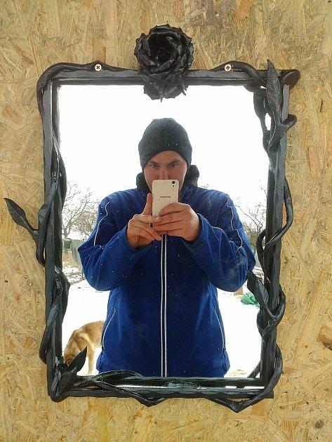 Kovář Vojta Kulicha dokáže vyrobit irám zrcadla.