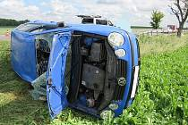 Nehoda u Kašence nedaleko Miroslavi. Auto se po střetu s dodávkou přetočilo přes střechu a skončilo na boku v poli. Jeho řidič i spolujezdkyně se při tom lehce zranili.
