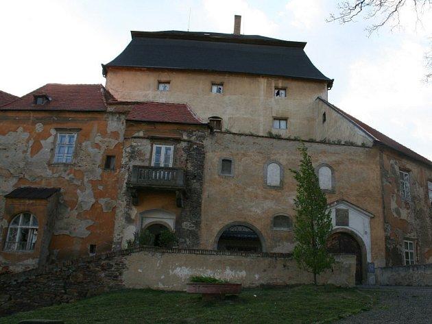 Chátrající zámek v Miroslavi