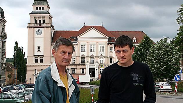 Otec a syn Schindlerovi, kterým starý rozsudek nepříjemně ovlivnil život.