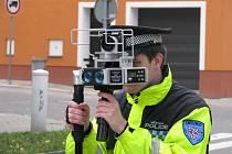 Znojemský strážník měří rychlost radarem