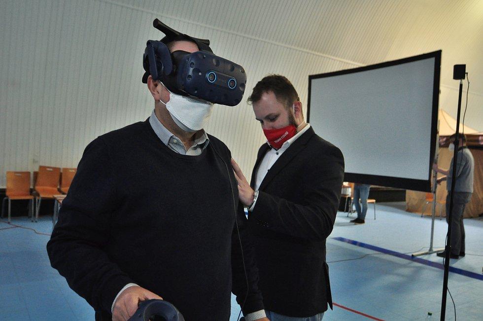 Virtuální model očkovacího centra ve Znojmě pomůže s plynulostí ostrého provozu. Vyzkoušet si ho mohli zájemci ve středu odpoledne. Na snímku vpravo Josef Remeš, jeden z autorů modelu.