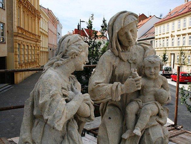 Restaurovaná socha se vrátila na znojemskou ulici Jana Palacha.