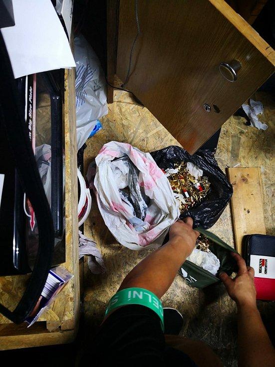 Jihomoravští celníci byli v Asia Bazaru v Hatích opět úspěšní, prodejci tam opakovaně prodávají padělky světových značek.
