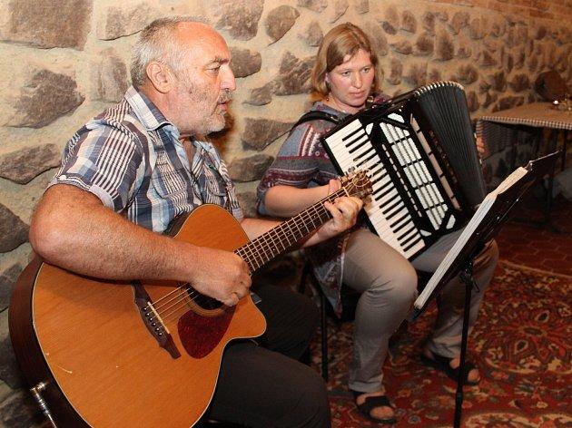 Klubový večer v lechovickém Hotelu Weiss patřil v sobotu znojemskému duu Tana.