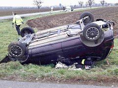 U obce Práče na Znojemsku se střetla dvě osobní auta, jedno zůstalo na střeše.