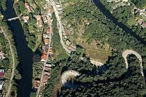 HAD NAD VRANOVEM. Stav serpentin nad Vranovem ztrpčoval řadu let život řidičům, oprava teď ztíží přístup do městysu.
