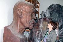 Desítky let stojí v depozitáři Jihomoravského muzea ve Znojmě šestašedesát let stará monumentální busta Tomáše Garrigue Masaryka.