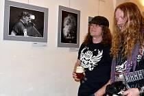 Až do 7. dubna lze v Domě umění na Masarykově náměstí ve Znojmě vidět nevšední fotky z rockových koncertů na Znojemsku. Kapely, zákuslisí, fanynky...