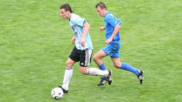 Aleš Pavelka se snaží utéct hranickému hráči.