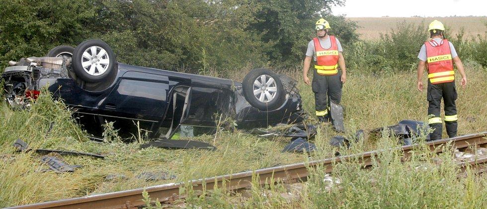 Na železničním přejezdu u Břežan se srazilo třílitrové audi s manipulačním vlakem.