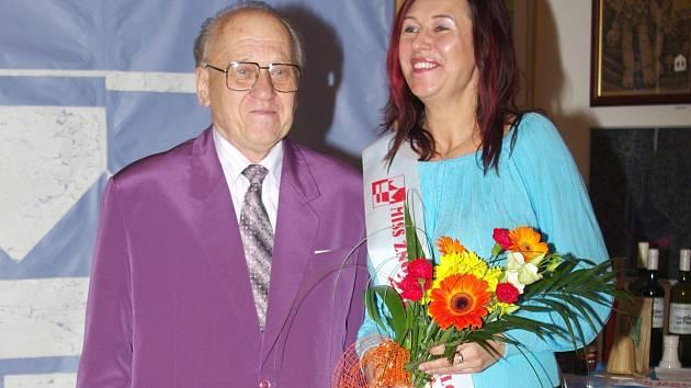 Šachistka Magdaléna Kratochvílová se stala Miss turnaje Znojemská královna. Na fotografii je společně s organizátorem turnaje Josefem Lahodným.