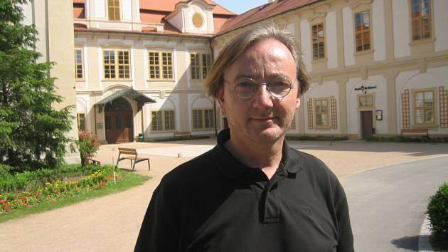 Ondřej Havelka při nahrávání jednoho z dílů o ohrožených památkách v Česku