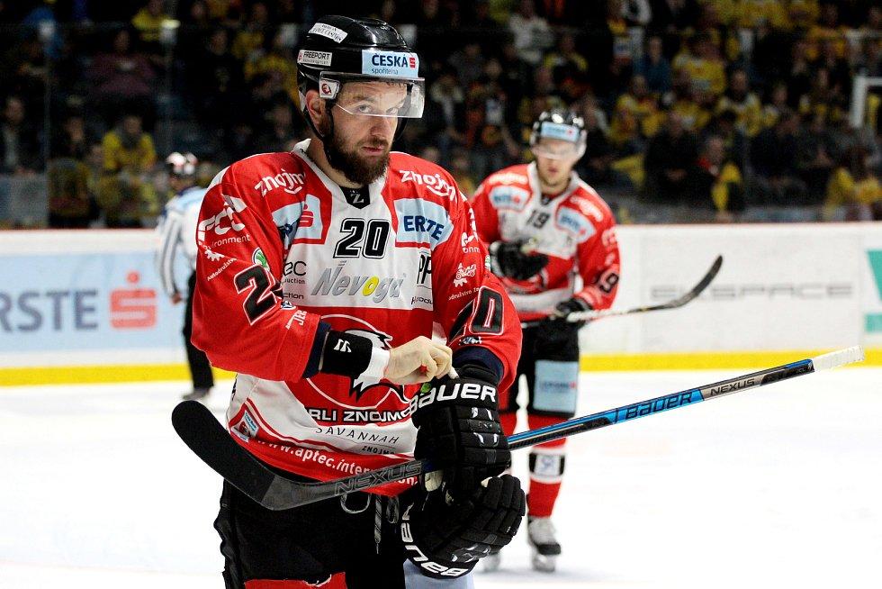 Hokejisté Znojma (v červeném) sehráli v pátek derby s týmem Vídně.