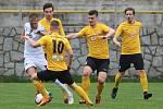 Fotbalisté divizních Tasovic (v bílých dresech) remizovali v sobotu na hřišti Rosic 0:0.