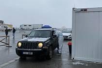 Testování pendlerů na hraničním přechodu Hatě.