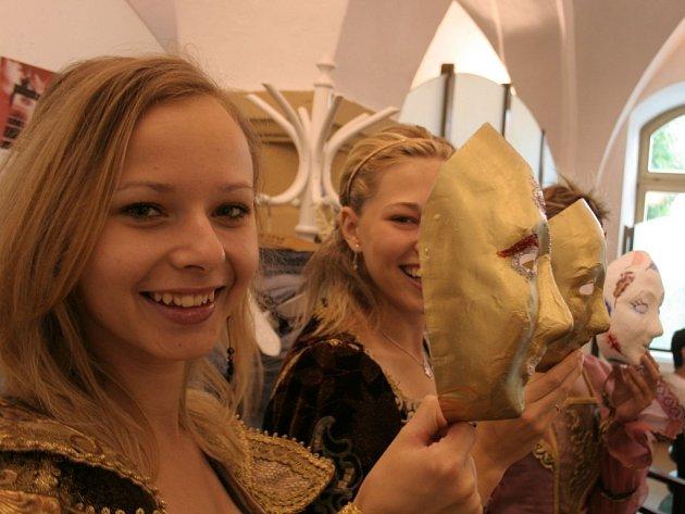 Na představení hudebního festivalu In Vino Vivaldi budou v ulicích Znojma zvát studentky v barokních kostýmech