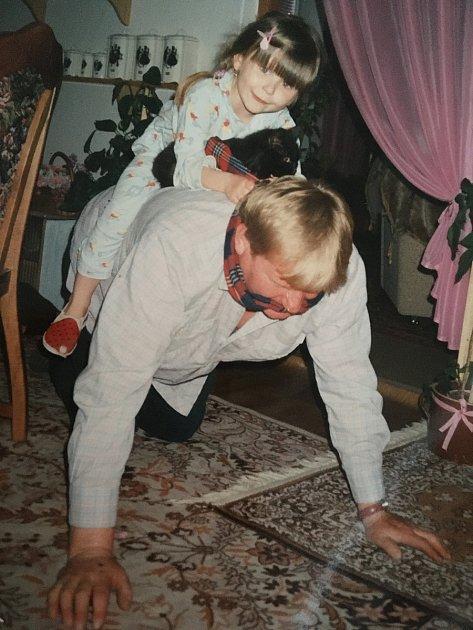 Dědeček malé Jolance dělával často a rád koníka.