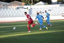 Třetiligoví fotbalisté Znojma (modří) prohráli ve vloženém středečním kole s týmem Frýdku-Místku 2:3.
