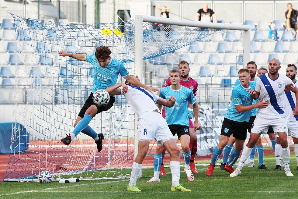 Středeční utkání MSFL sehráli fotbalisté Znojma (v modrém) na domácím pažitu proti celku Frýdku-Místku. Příště vyzvou, opět ve středu doma, tým Otrokovic.