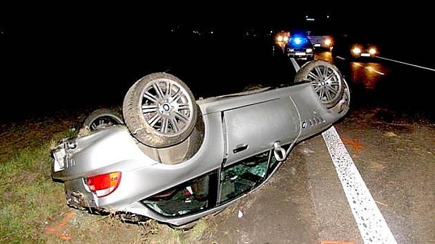 Sportovní BMW zůstalo po smyku na střeše.