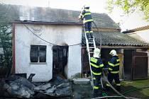 Požár zničil v neděli ráno přístavek rodinného domu v Olbramovicích.