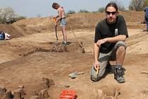 Další významný objev učinili archeologové, kteří bádají v místě budoucího znojemského obchvatu. Mezi Penny Marketem a Příměticemi odkryli hrob asi ročního dítěte z doby kamenné.