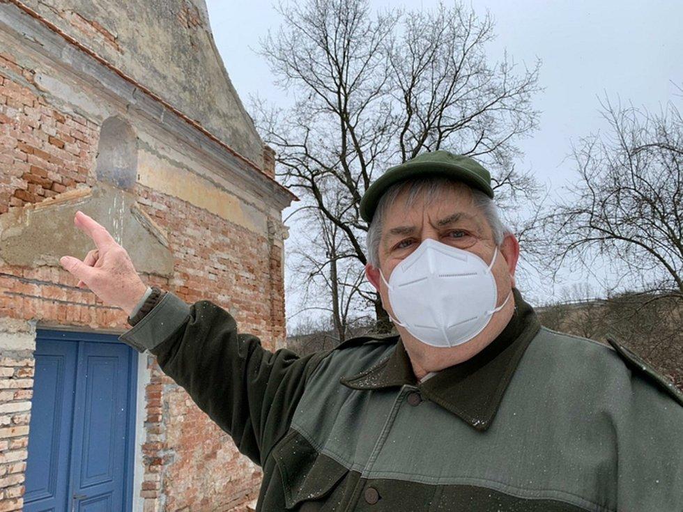 Na snímku je Marian Kvarda u kapličky v zaniklé obci Ječmeniště na Znojemsku.