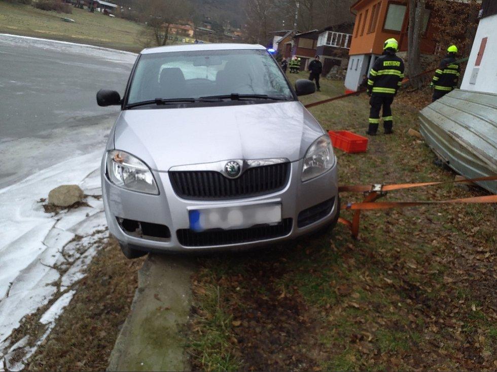 Drama na Vranovské přehradě. Důchodce zůstal s autem viset nad vodou.