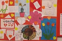 Bohutičtí školáci se rozhodli udělat radost babičkám a dědečkům a poslali jim do domova pro seniory namalované a napsané pozdravy. Foto: archiv obecního úřadu Bohutice