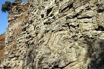 Vrstvy bítešské ortoruly v Hamrech u Vranova nad Dyjí představují mohutné skalní defilé, na kterém vystupují barevně kontrastní kresby jednotlivých vrstev hornin. Tyto vrásy jsou k vidění bezprostředně vedle červené turistické trasy z Vranova na Ledové sl