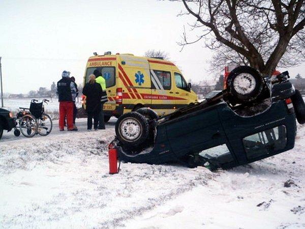 Špatné počasí a ledová vozovka patrně může za nehodu uHrádku na Znojemsku