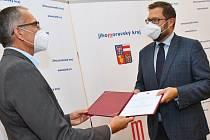 Pavel Kolář (na snímku vlevo), přebírá jmenovací dekret na ředitele školy z rukou náměstka hejtmana Jiřího Nantla.